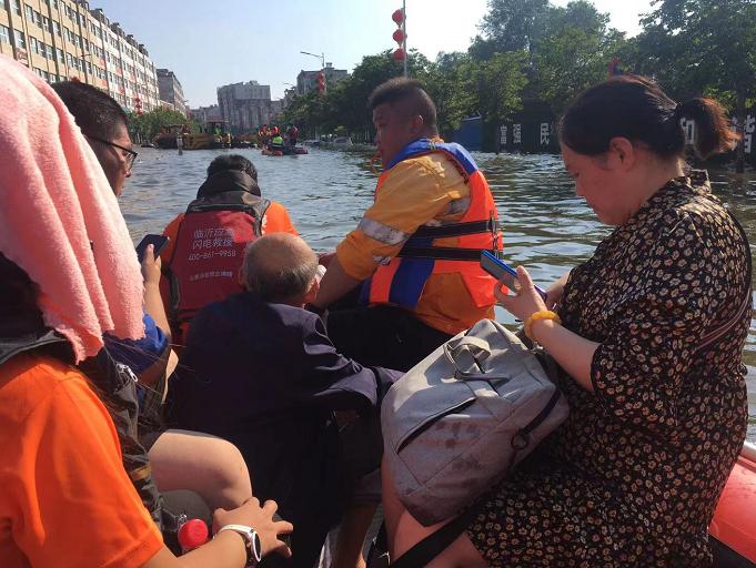 转移受灾群众300余名 临沂闪电救援队赴河南卫辉支援